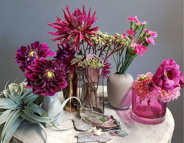 Ein schön dekoriertes Kunstblumen-Set
